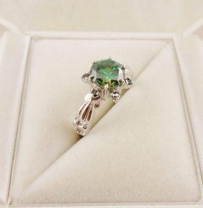 Grüner Moissanit Ring mit schwarzen Diamanten Sterlingsilber handgefertigt Einzelstück Schmuck Verlobungsring